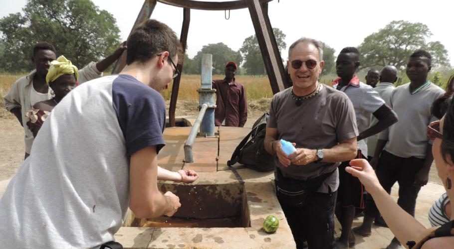 Construcció d'un pou amb bomba manual al poble de Bantandicori