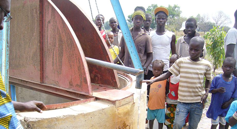 Construcció d'un pou amb bomba manual al poblat de Netto Demba Diao i entrega de medicaments al CREN