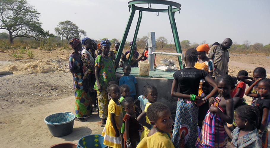 Construcció d'un pou amb bomba manual al poblat de Sinthian Ruca