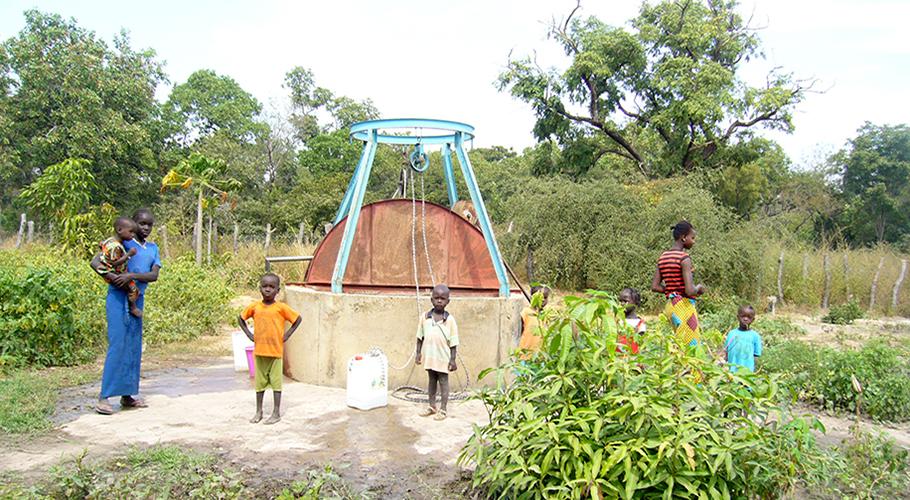 Construcció d'un pou amb bomba manual al poblat de Sare Arfang i  finalització d'una zona de cultiu al poblat de Sinthian Ruca