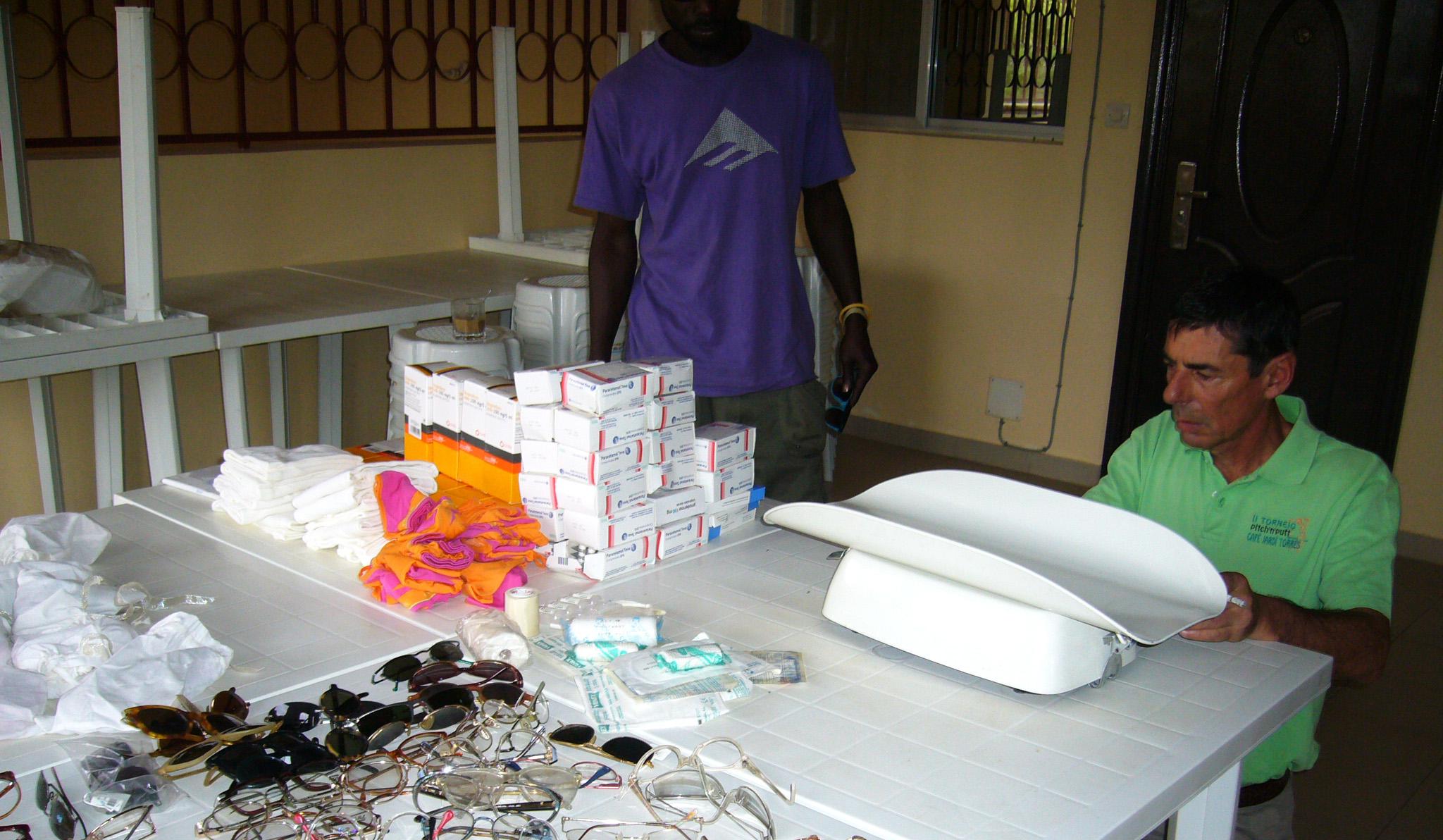 Construcció d'un pou amb bomba manual al poblat de Medina Adja i entrega de medicaments per abastir la farmàcia i la compra d'una balança per pesar els nens